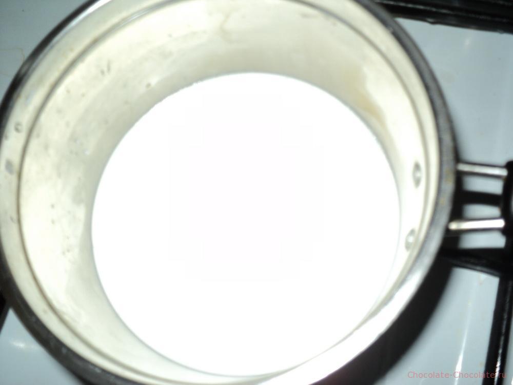 Кипятим сливки для горячего шоколада