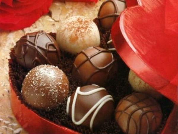 Фрукты в шоколаде на тарелке