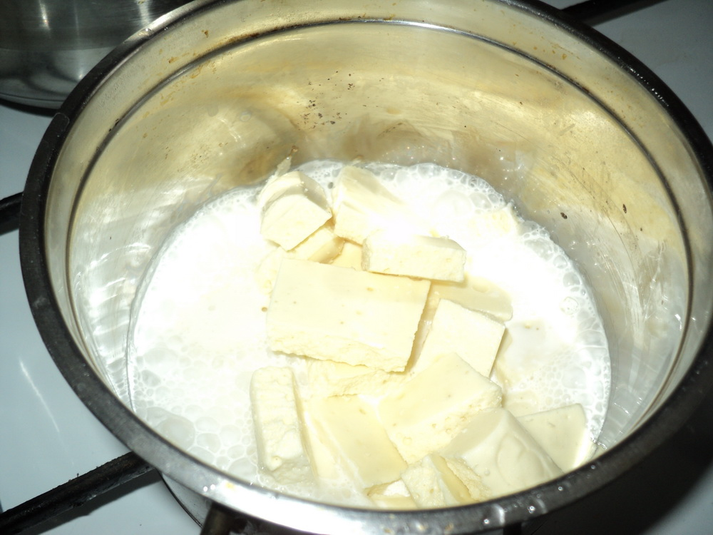Белый шоколад в кастрюле