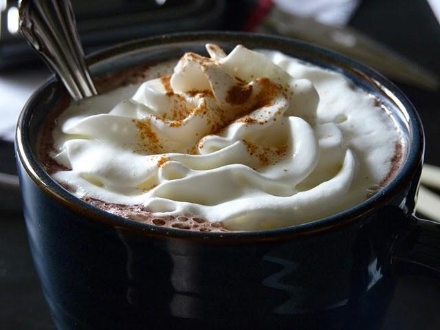 Кружка горячего шоколада со сливками