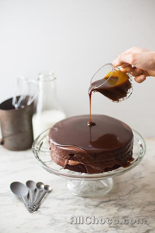 Поливаем торт шоколадом