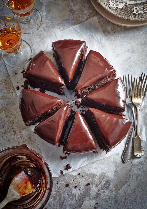 Французский шоколадный торт в разрезе