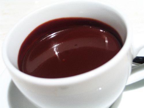 Горячий шоколад из порошка в кружке
