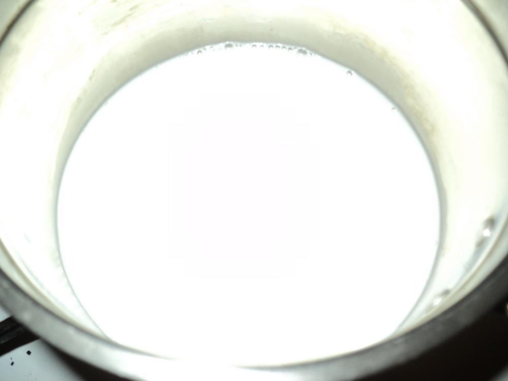 Зальем в кастрюлю молоко
