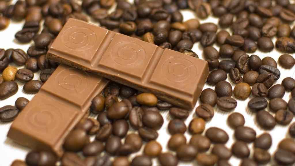 Кофейные зерна и шоколадка
