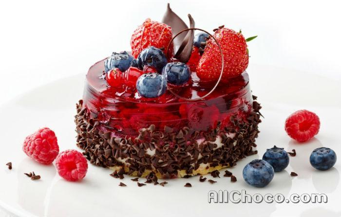 Шоколадные пирожные с ягодами