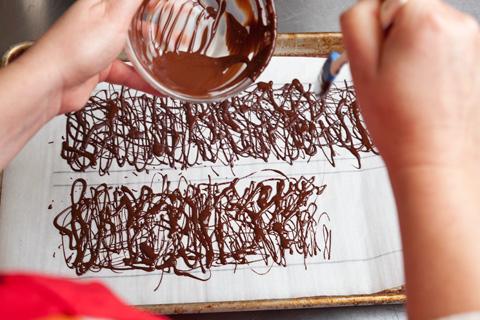Украшаем шоколадом торт