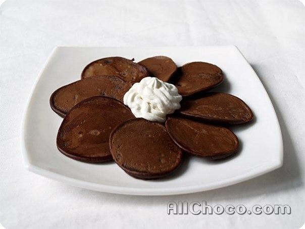 Шоколадные оладьи на тарелке