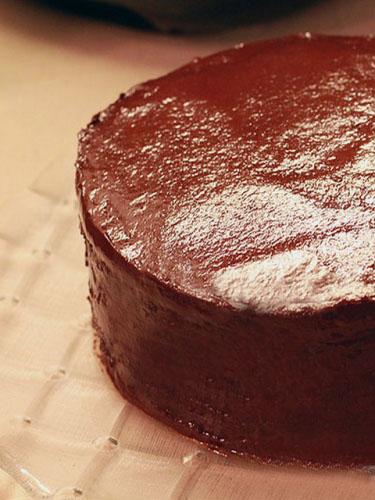 Готовый торт политый шоколадом
