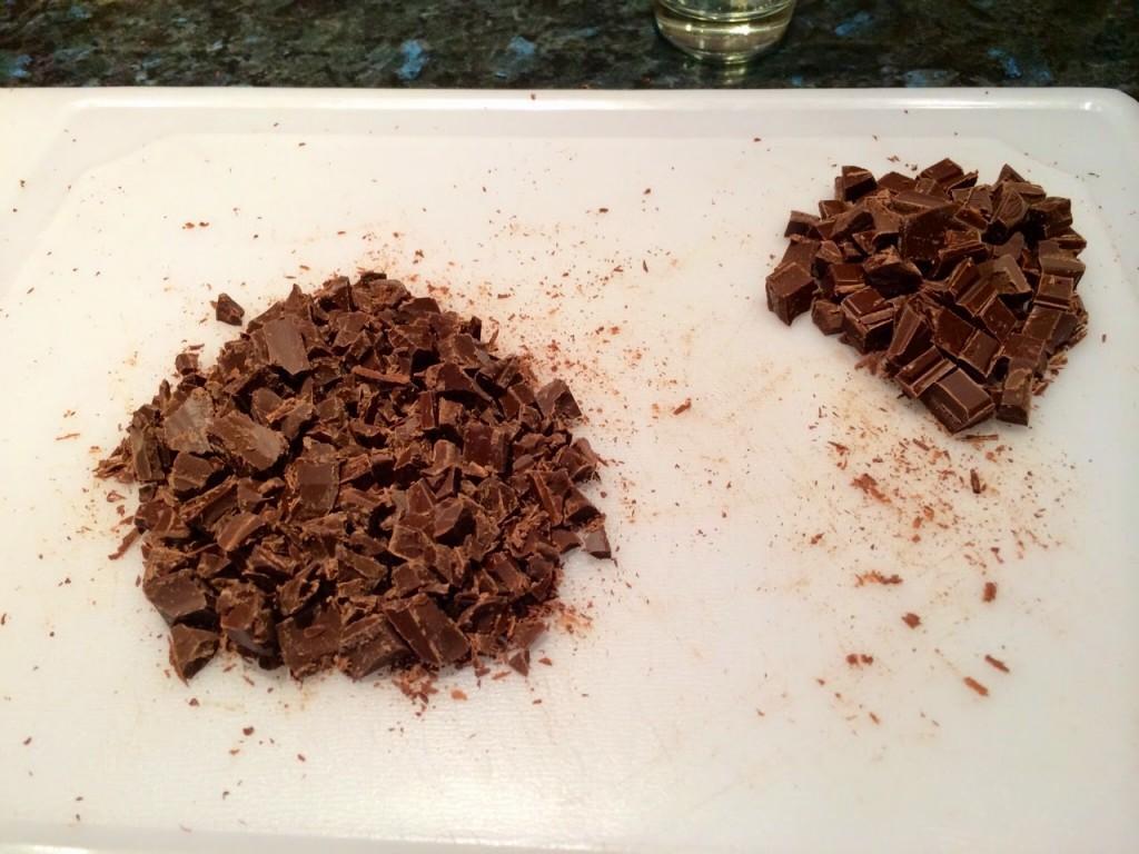 Разделите шоколад на небольшие кусочки