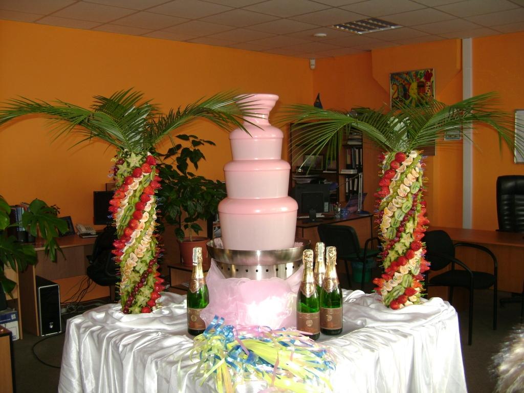 Розовый шоколадный фонтан на свадьбу