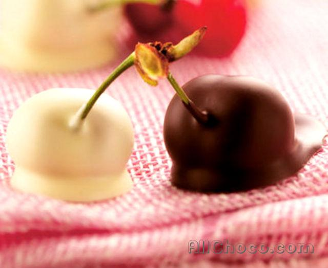 Вишня в белом и темном шоколаде