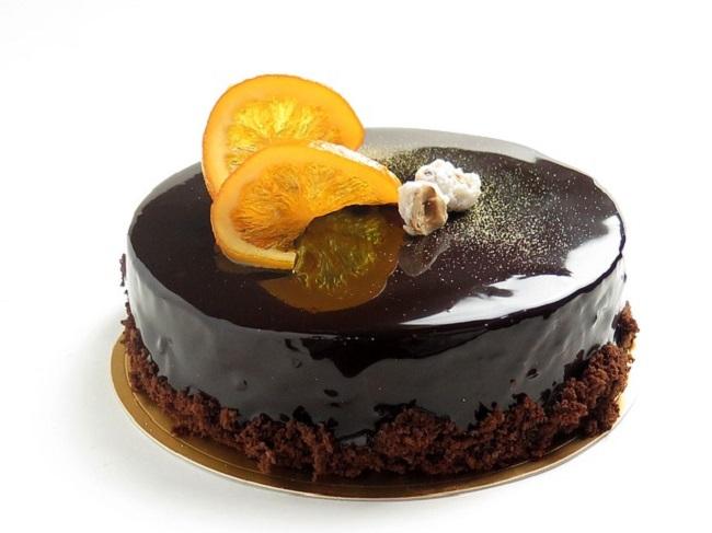 Торт с шоколадной глазурью и украшением из апельсина