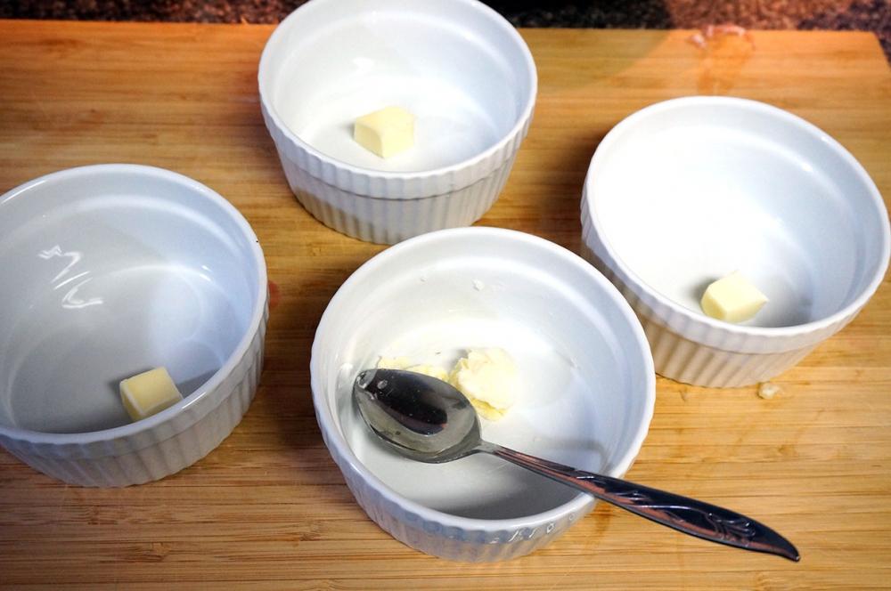 Фарфоровые формы для суфле с размягченным сливочным маслом