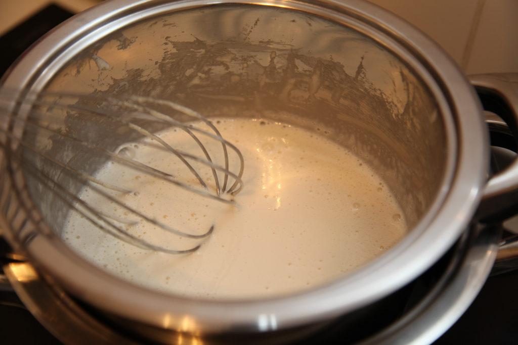 Яйца с сахаром на водяной бане