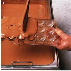 Наливаем шоколад в форму