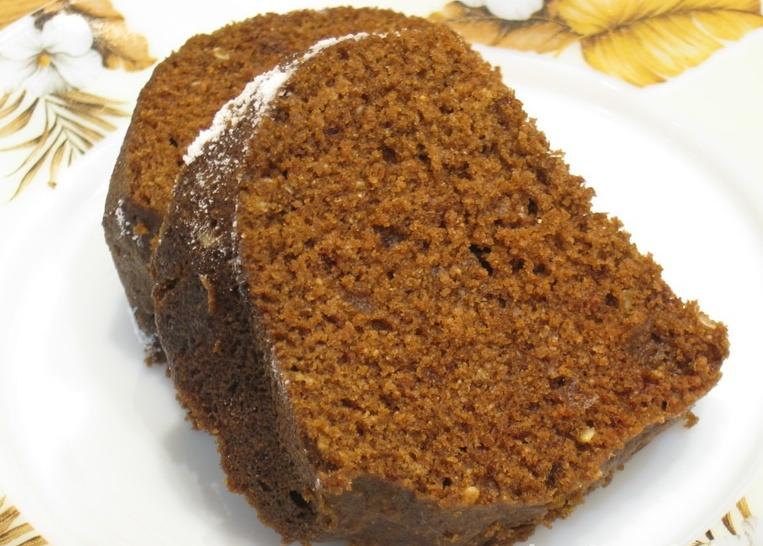 Шоколадный кекс на блюде