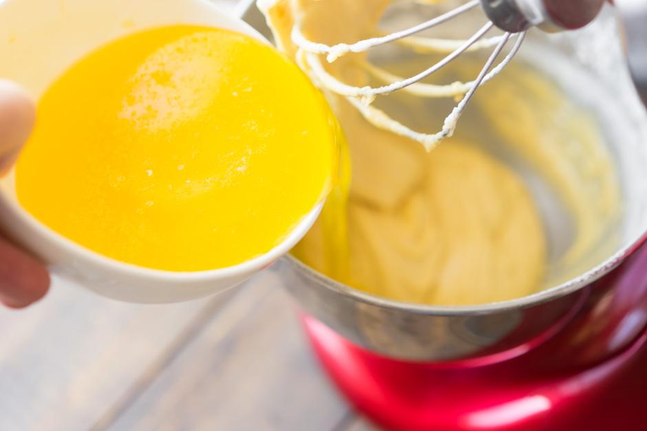 Растопленное масло и тесто