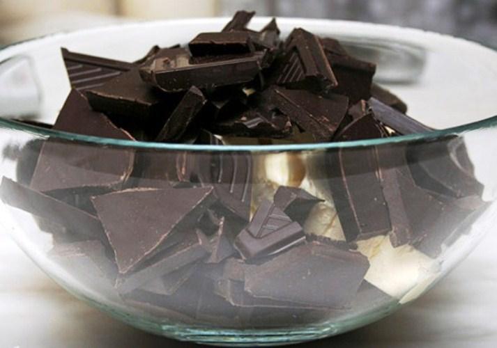 Горький шоколад, разломанный на кусочки в миске