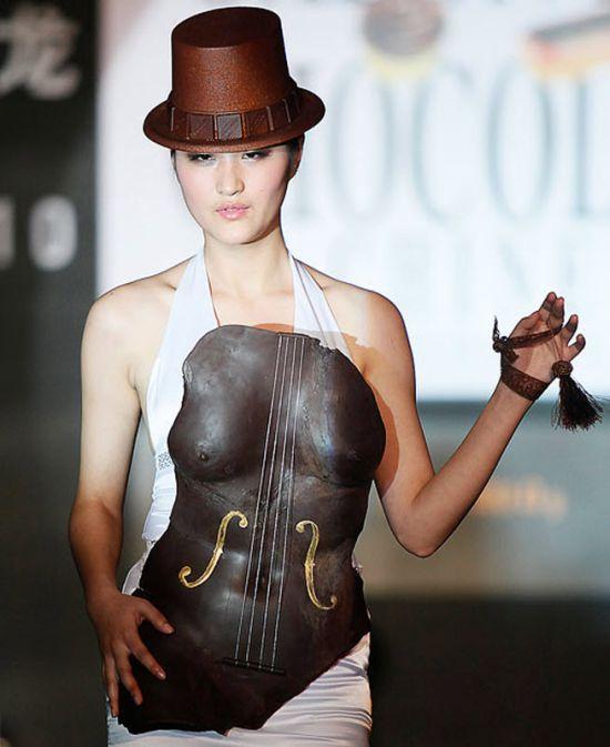 Модель в провокационном платье из шоколада