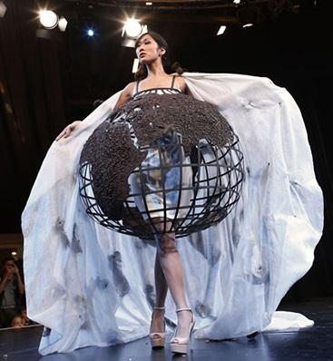 Модель в платье из шоколада в виде глобуса
