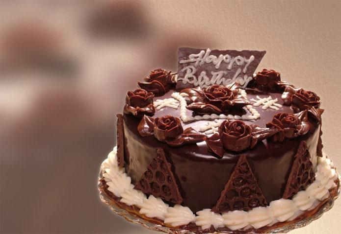 Шоколадный торт с пожеланием счастливого дня рождения