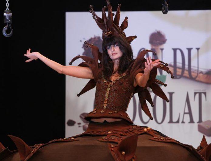 Модель в платье из шоколада