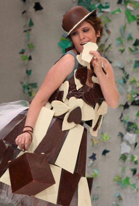 Модель в шляпке из шоколада