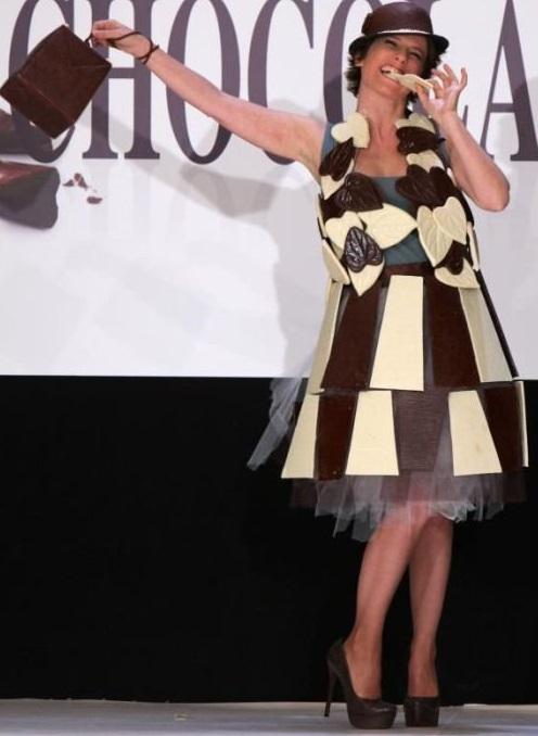 Модель в платье, шляпке и с сумочкой из шоколада