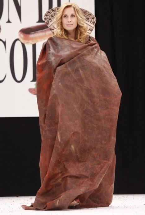 Лара Фабиан в плаще из шоколада