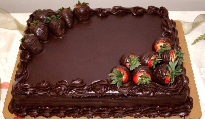 Шоколадный торт, украшенный свежей клубникой