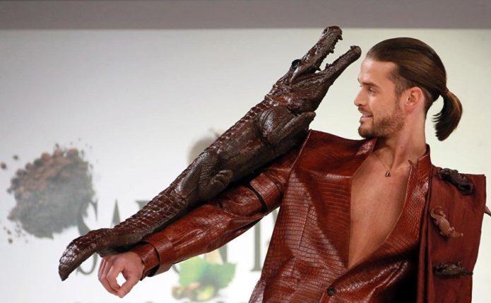 Мужчина с шоколадным крокодилом