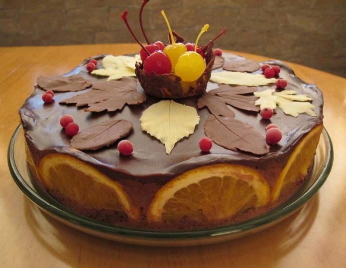 Шоколадный торт с красивыми коктейльными вишенками и апельсиновыми цукатами
