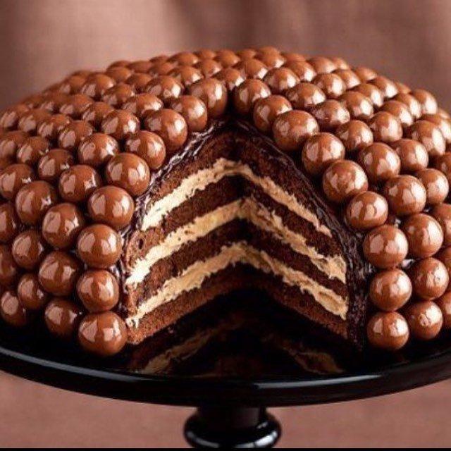 Шоколадный торт, украшенный глазированным драже