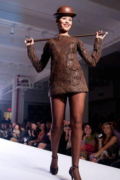 Девушка в коротком шоколадном платье
