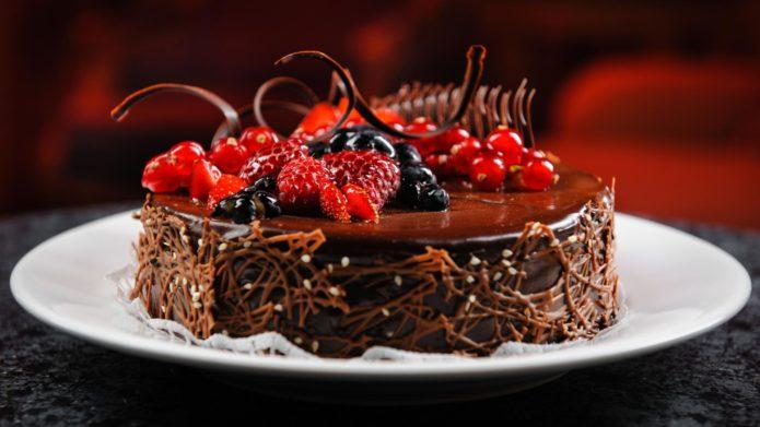 Ягодное великолепие украшает шоколадный торт