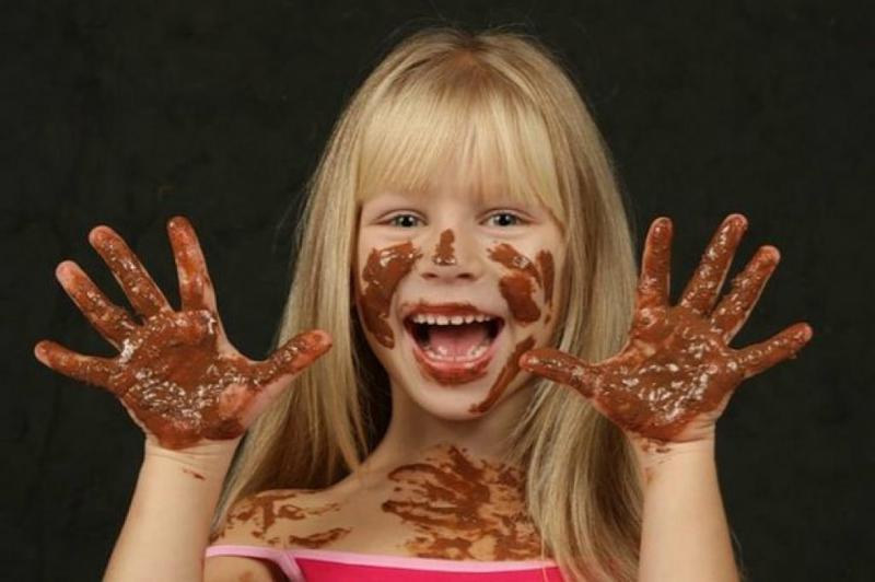 Как и чем можно вывести шоколадное пятно с одежды?