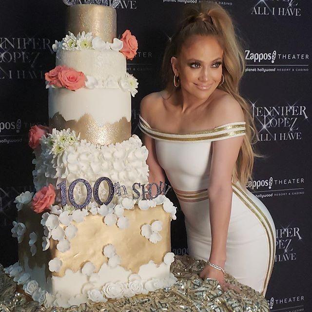 Дженнифер Лопес и торт