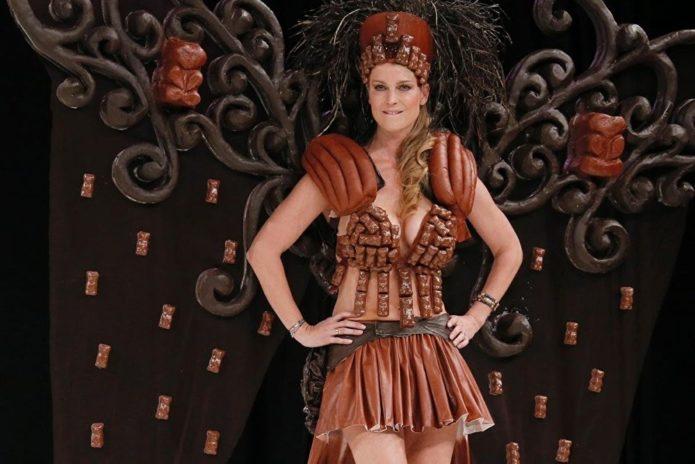 Модель в платье из шоколада с крыльями