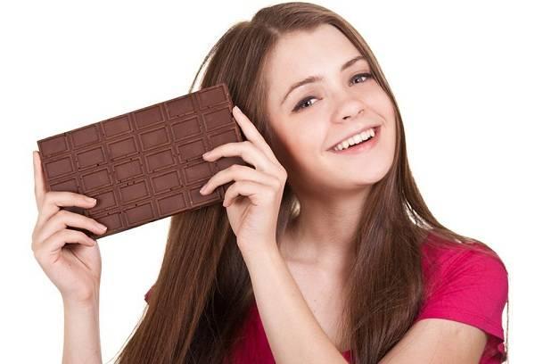 Красивая девушка с плиткой шоколада