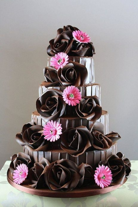 Красота живых цветов дополняет шоколадный декор торта