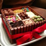 Квадратный торт с декором из конфет