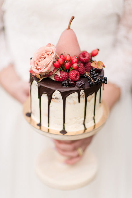 Торт с шоколадными подтёками и розой