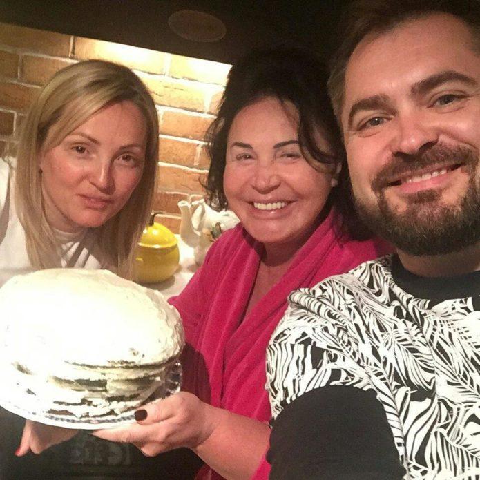 Надежда Бабкина и торт — фото из Инстаграма