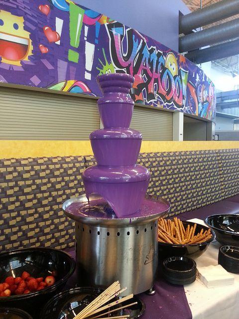 красивый шоколадный фонтан