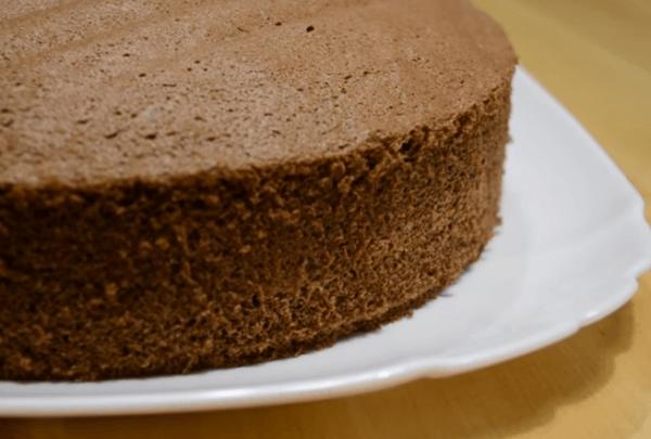 Бисквит на тарелке