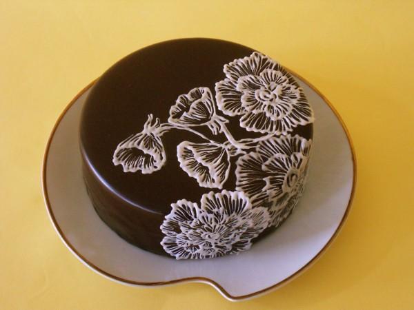 Торт с глазурью и цветами
