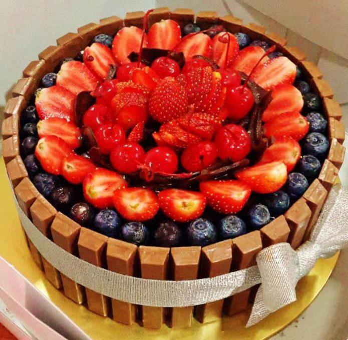 Торт «Кит Кат» с ягодами