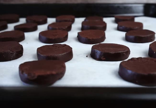 Заготовки для печенья «Орео» на бумаге для выпечки