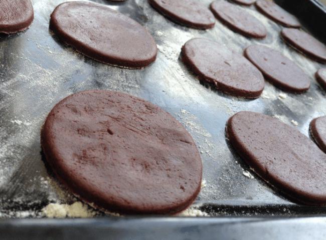 Заготовки для печенья «Орео» на противне с мукой